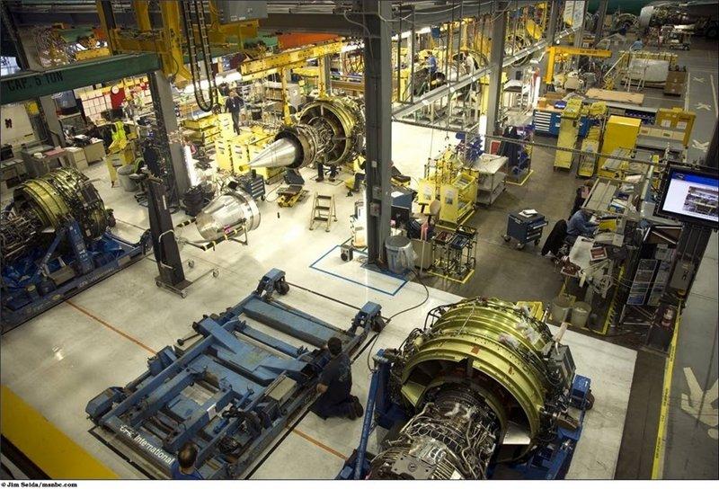 В моторном цехе проводят последние проверки двигателей до того как их подвесят на крыльях
