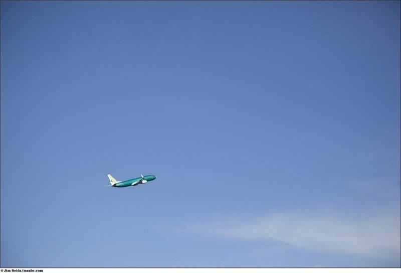 До того как самолёт покрасят в цвета авиакомпании, которая его приобрела, он проходит летные испытания. По данным компании Боинг каждые 2.2 секунды взлетает или садится самая популярная их модель 737.
