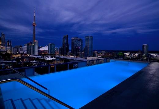 Бассейн отеля Томпсон в  Торонто