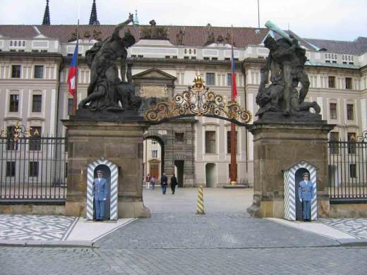 Тысячи туристов стремятся увидеть обычно закрытые залы Пражского Града