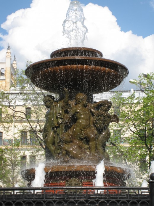 Москва фонтанирует. И это правильно.