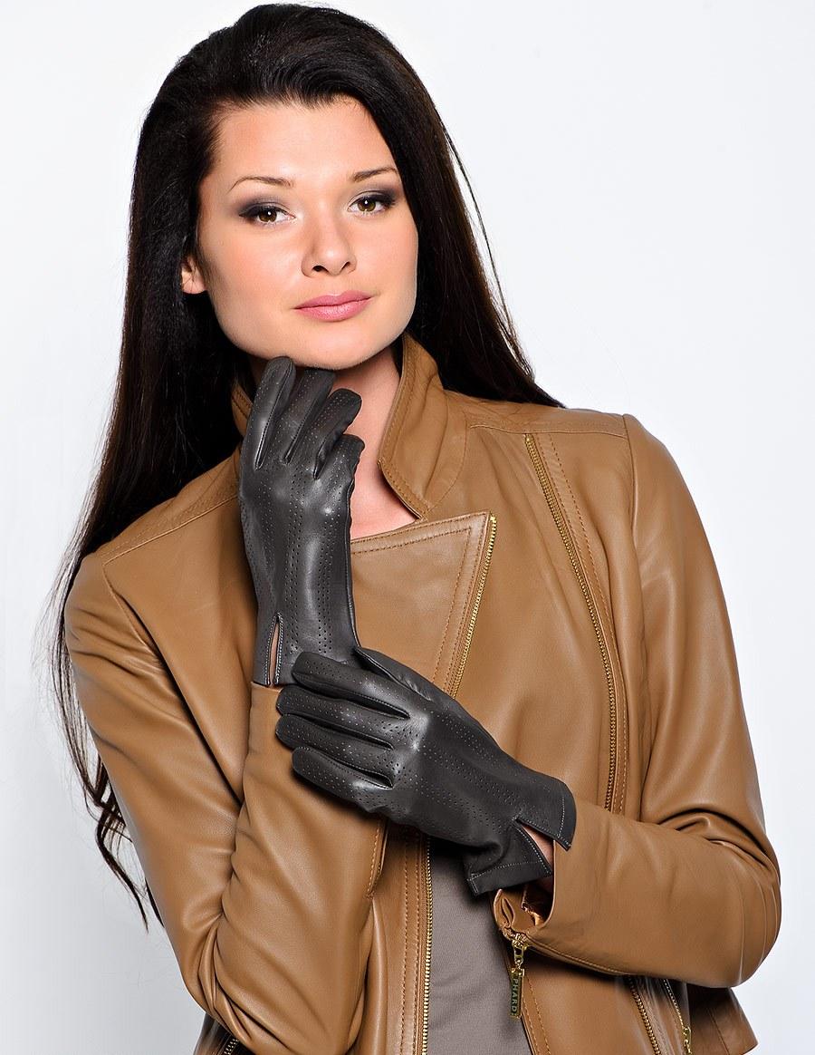 Женщина врач в кожаных перчатках сиськи соски отвисшие