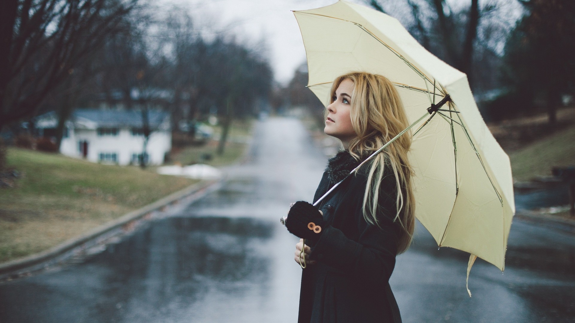 Картинка девушка одна под зонтом