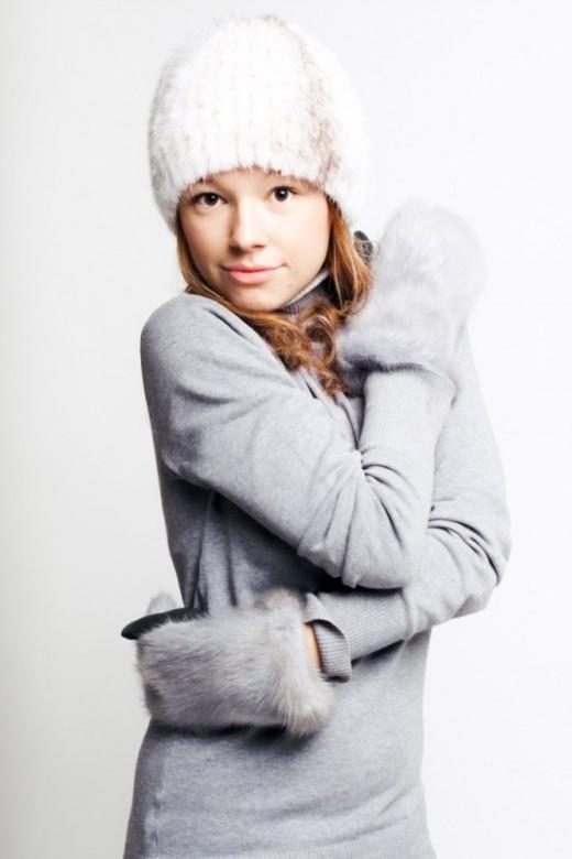 Меховые варежки – обязательный аксессуар модницы