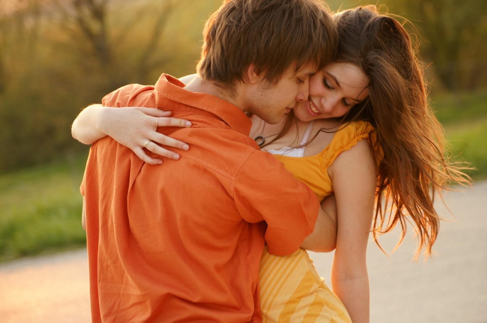 Поцелуй в обнимку картинки