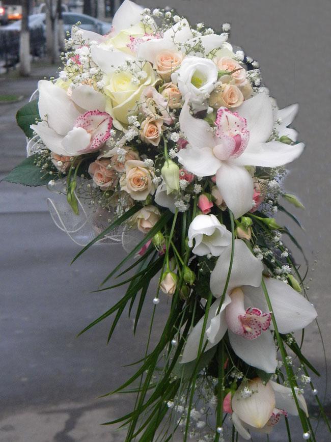 Свадебные букеты василькового цвета, букет невесты и роз маленьких размера фото