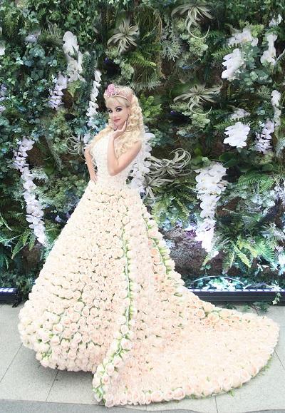 Живая Барби в платье из 2000 роз