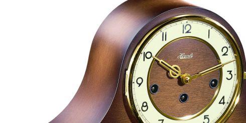 Классические часы в интерьере