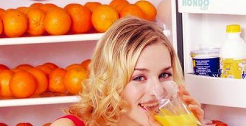 Улучшить самочувствие можно не только  таблетками, но и соками из свежих ягод и трав.