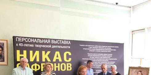 Никас Сафронов представил экспозицию портретов известных людей России в Госдуме РФ