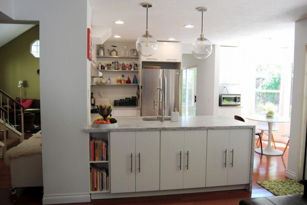 Кухня со стеклянными светильниками