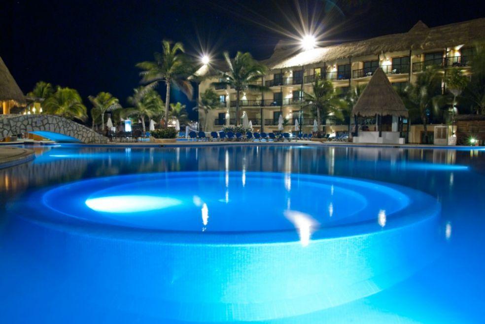 Курортный бассейн ночью в Каталонии, Юкатан