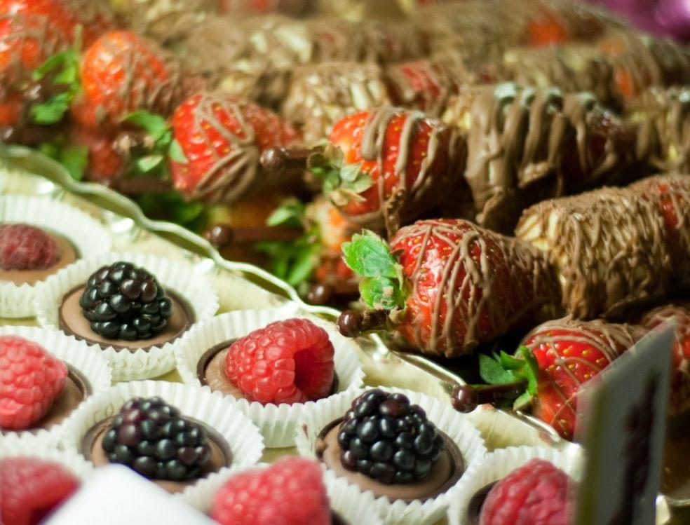 Ягоды и фрукты в шоколаде