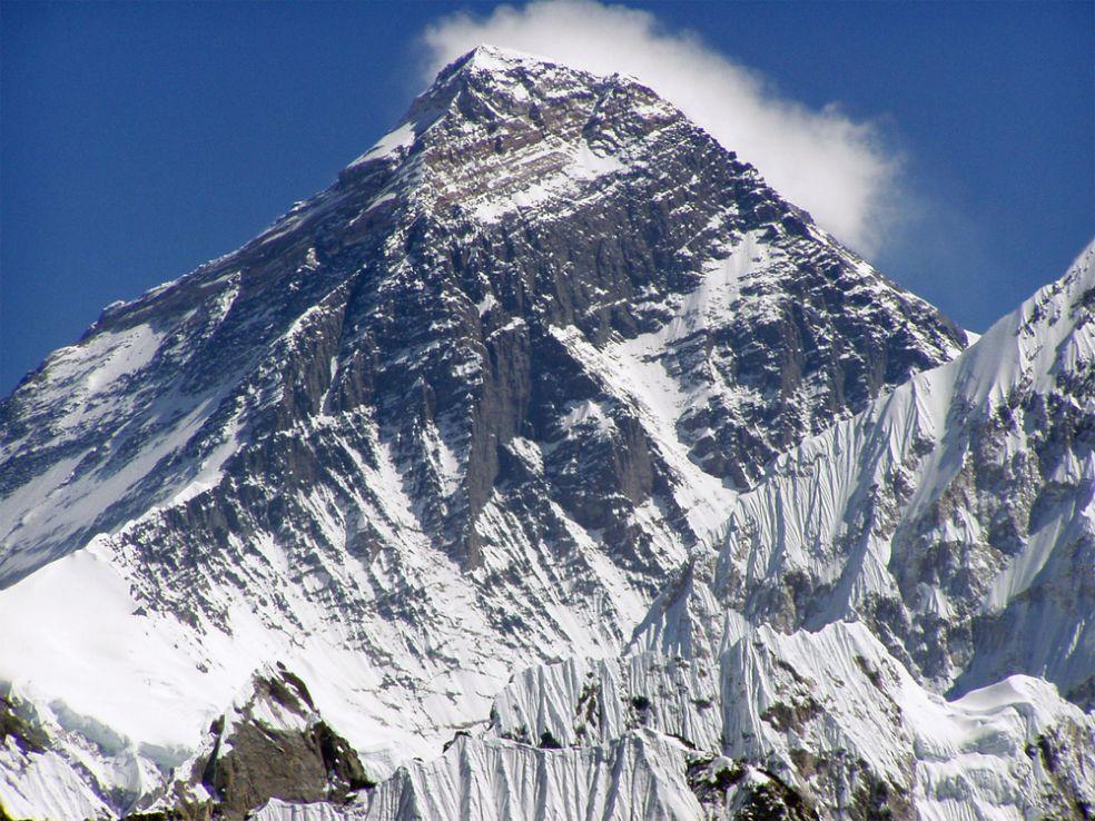 Гора Эверест на границе Тибета и Непала
