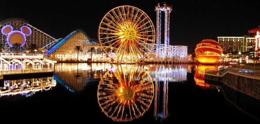 Американские горки в калифорнийском Диснейленде вечером