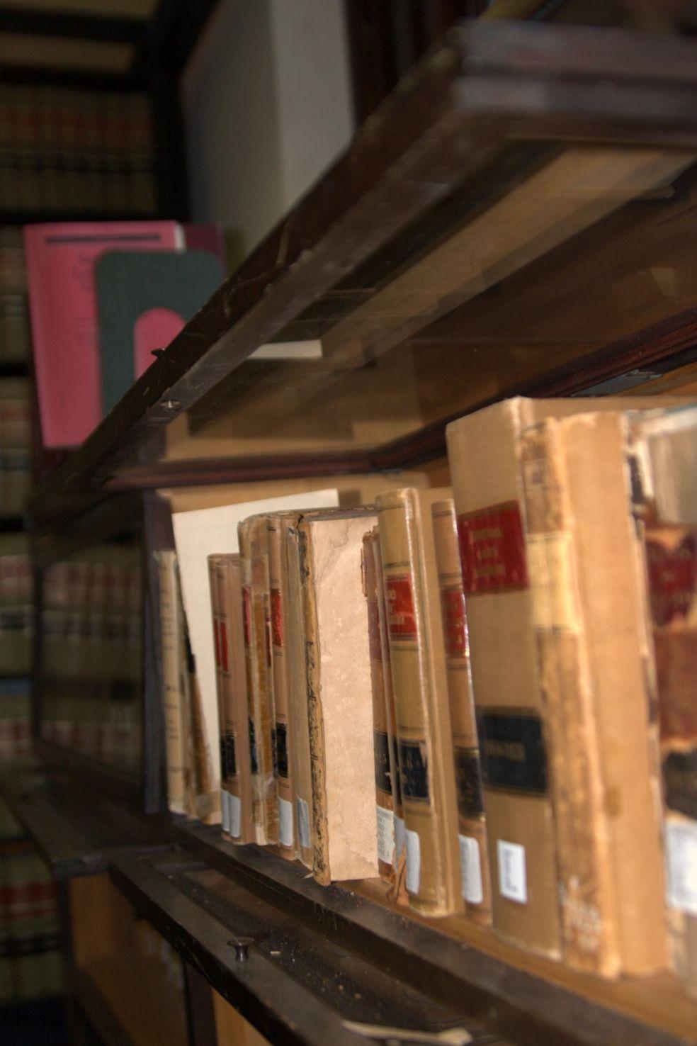 Старые книги в библиотечном архиве