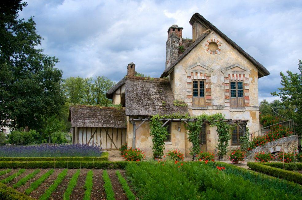 Английский сад на фоне коттеджа в деревушке Марии Антуанетты