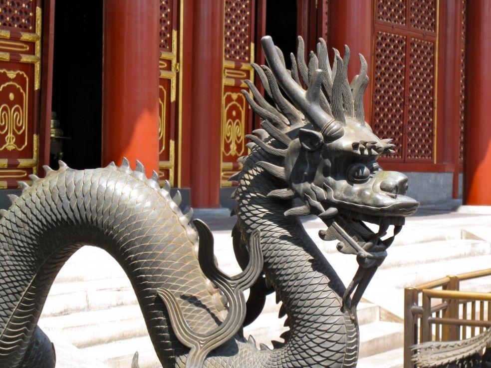 Дракон перед входом в Летний дворец в Пекине