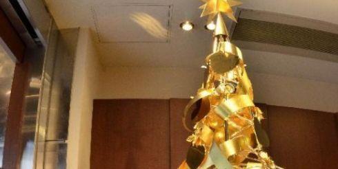 В Японии установили золотую ёлку