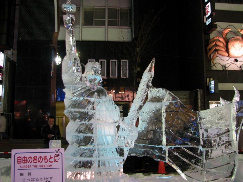 Статуя ангела на выставке ледяных фигур в Оттаве