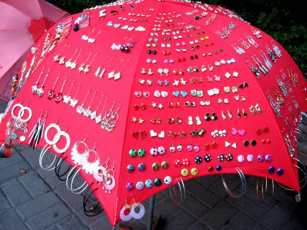 Зонтик продавца сережек на улице Шанхая