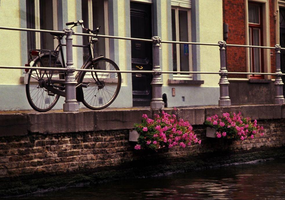 Велосипед на берегу канала в Брюгге, Бельгия