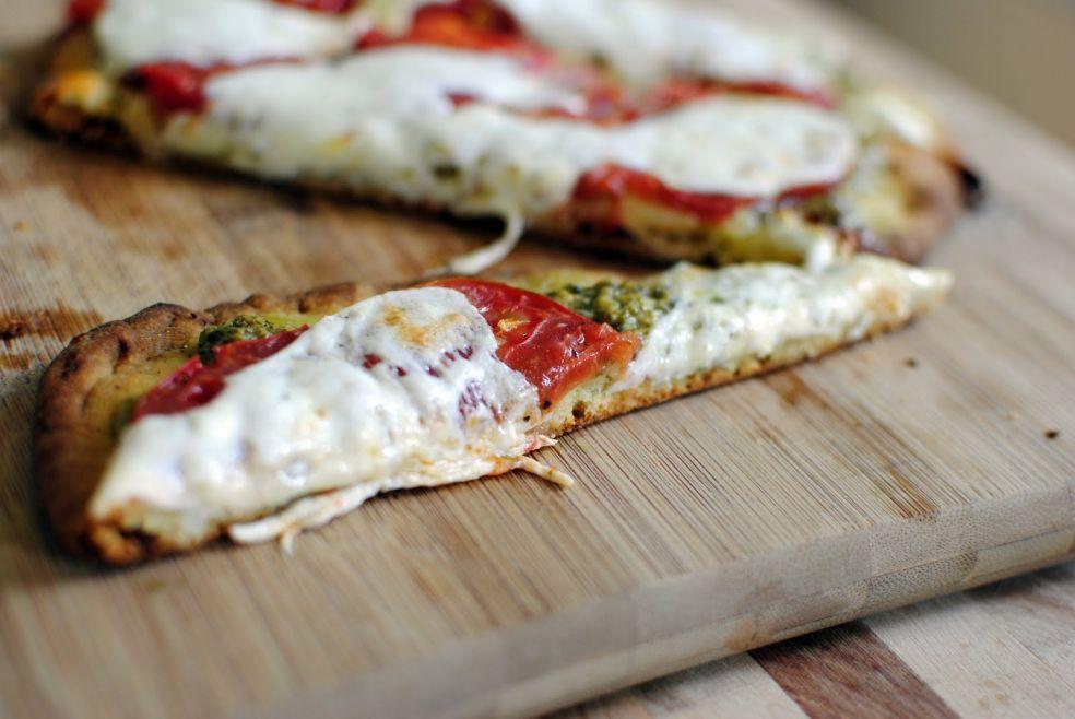 Быстрая пицца с томатами и песто фото-рецепт